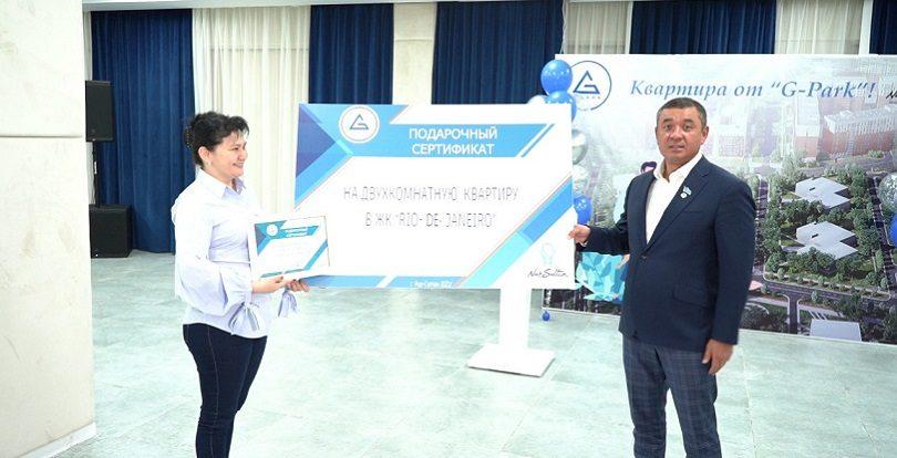 Победителю розыгрыша двухкомнатной квартиры среди вакцинированных вручили сертификат на жилье в столице